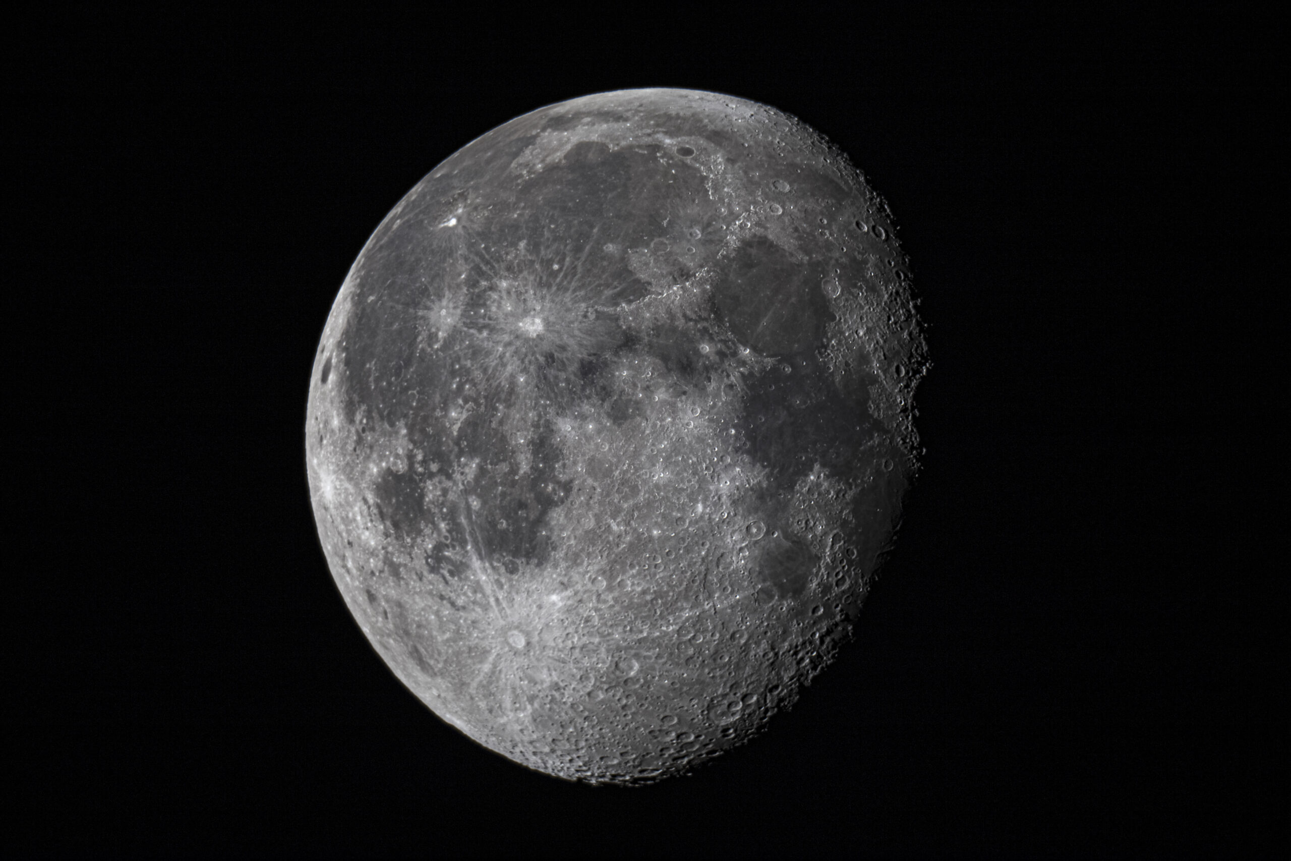 Luna de 18 días capturada con una cámara Canon EOS 6D acoplada a foco primario en un telescopio Celestron C8.