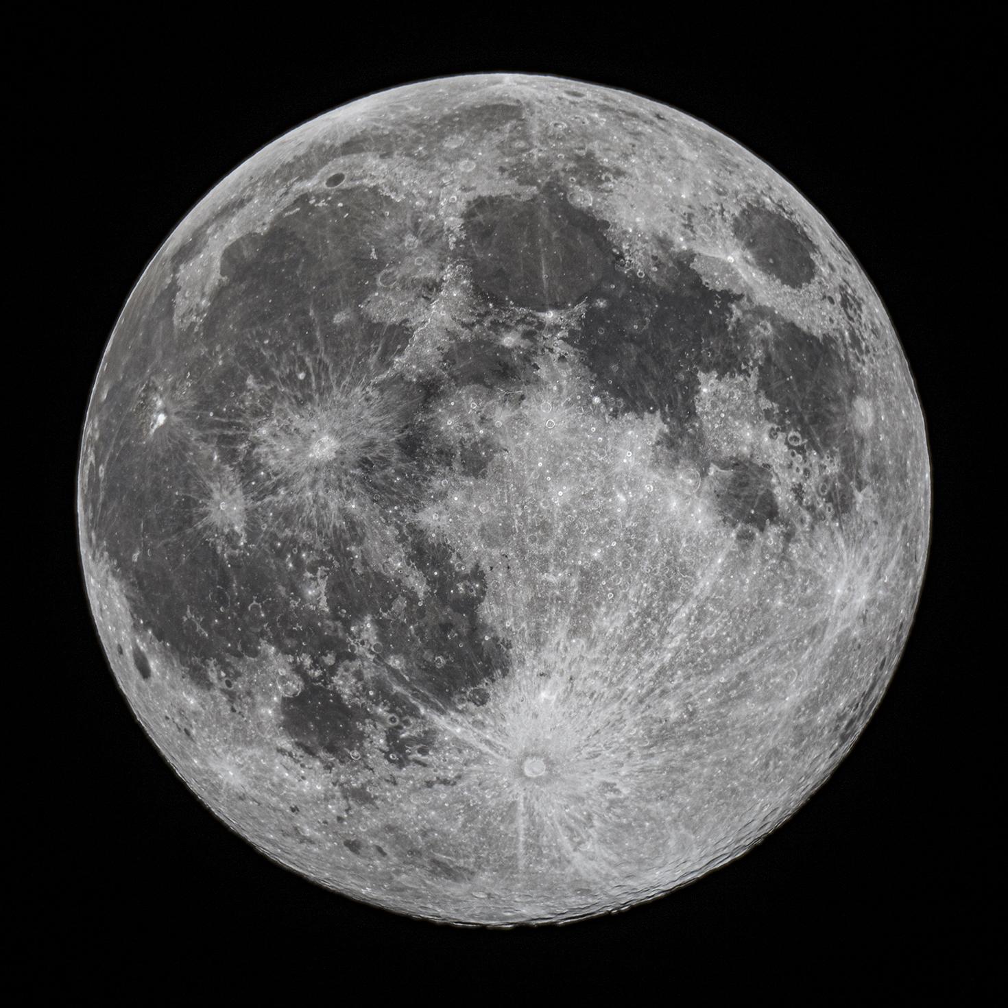 Superluna del 8 de abril de 2020 fotografiada a través de un telescopio Celestron C8